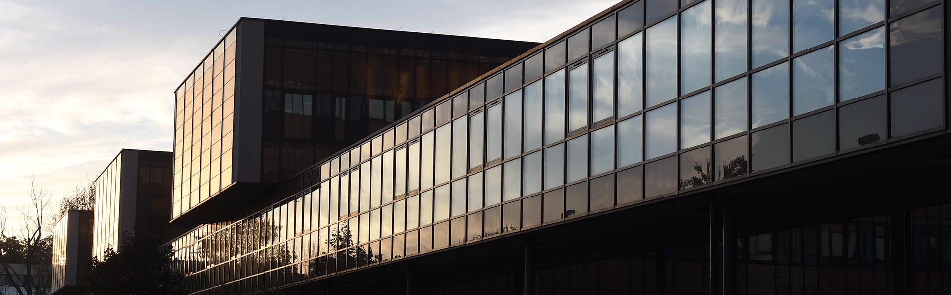 Widok Wydziału od strony parkingu